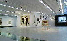 """Il visionario fantastico mondo di William Kentridge in esclusiva su Sky Arte HD. L'artista sudafricano ci accompagna lungo i sentieri di """"Vertical Thinking"""", sua retrospettiva accolta al Maxxi di Roma"""