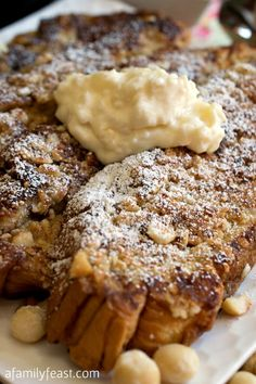 An amazing Hawaiian French Toast w/ a macadamia crust, topped w/ a pineapple & mascarpone cheese topping! Wow - This is delicious! Breakfast Desayunos, Breakfast Items, Breakfast Dishes, Breakfast Recipes, Overnight Breakfast, Kouign Amann, Mascarpone Recipes, Mascarpone Cheese, Grilled Bananas