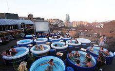 Telhado é transformado em cinema com banheiras de hidromassagem