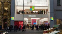 """Un coro de niños acompañados de los empleados de Microsoft fueron a cantar """"Let There be Peace on Earth"""" . . Como Navidad es tiempo de dar y perdonar - y más entre empresas rivales- un grupo de empleados de la nueva tienda de Microsoft en Nueva York fue a cantar villancicos frente a la tienda de Apple en esa misma ciudad.  Tal cual el gesto de buena voluntad es parte del comercial de Navidad para televisión de Microsoft en el que decidieron llevar un mensaje especial para algunos viejos…"""