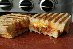 Panini met gegrilde tomaat, bacon en cheddar kaas