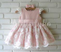 renda indisponível     Um vestidinho para Maria Luiza comemorar seu primeiro aninho, dia 12, em Brusque!!! A mamãe Raquel escolheu este m...