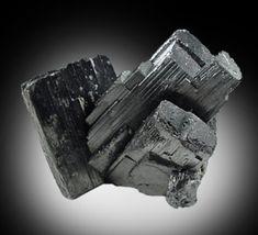 JN Aceros | El acero y los metales con mayor resistencia | El wolframio es un metal raro encontrado en la Tierra en la forma de compuestos químicos. Posee un color gris metálico, es quebradizo y difícil de trabajar. Si se refina a su forma más pura, tiene una dureza que supera a la mayoría de aceros. De todos los metales puros, el wolframio tiene el punto más alto de fusión, la menor presión de vapor y la resistencia a la tracción más alta.