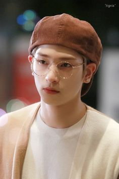 X1's Lee Hangyul was Spotted Wearing His Glasses and Beret... It's a Perfect Look for Him (Photos)