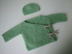 Deuxième petit ensemble tricoté pour la naissance de mon bébé. J'ai trouvé ce modèle de brassière au hasard de mes déambulations sur le net....