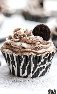 Oreo cupcakes with a delicious and smooth cookies & cream frosting! Find the recipe on www.cookwithmanali.com