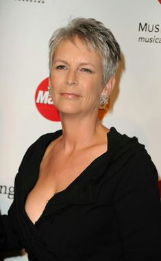 Jamie Lee Curtis - It's ridiculous how much I admire this woman. Jamie Lee Curtis Haircut, Jamie Lee Curtis Young, Tony Curtis, Short Grey Hair, Short Hair Cuts, Short Hair Styles, Beautiful Celebrities, Beautiful Women, Janet Leigh