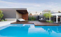 Pool im Garten neben der großen Holzterrasse
