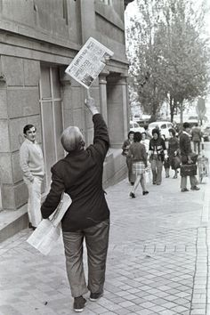 El popular vendedor de periódicos Manuel Castro, en la calle Reconquista de Vigo (1971). Fuente: http://www.farodevigo.es/gran-vigo/2011/12/24/castro-queda-principe/608792.html