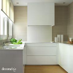 Cocina empapelada con papel vinílico de la firma Doca.