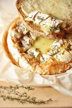 Préchauffez le four à 180° C (th 6). Ouvrir la boîte de camembert, sortir le fromage de son emballage, découpez un morceau de papier sulfurisé de la même taille que l'emballage, remettez le camembert dedans. Faire un quadrillage sur le fromage. Saupoudrez de thym séché. +/- 30 min au four (doré).