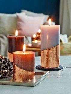 Perfekt für graue Herbstabende: Kupferfarbenes Blattmetall verwandelt diese Stumpenkerzen in echte Unikate. Nachmachen? Unbedingt!