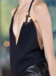 Le génie vestimentaire se cache dans les détails... (Anthony Vaccarello P/E 2015)