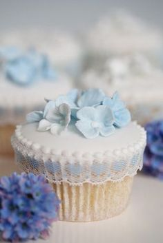 hydrangea and lace cupcakes. wedding favours or accessory to the main cake? Cupcakes Design, Cupcakes Cool, Beautiful Cupcakes, Wedding Cupcakes, Wedding Cake, Sweet Cupcakes, Cookies Cupcake, Cupcake Cakes, Cupcake Art