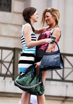 blair and serena love the outfits Mode Gossip Girl, Estilo Gossip Girl, Gossip Girl Outfits, Gossip Girl Fashion, Gossip Girls, Dan Humphrey, Vanessa Abrams, Nate Archibald, Chuck Bass