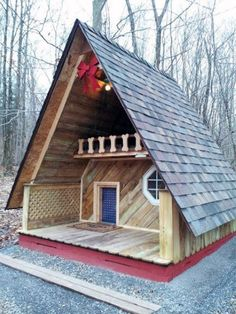 DIY doghouse ideas for smart (and not so smart) dog lovers - DIY dog house ideas for smart (and not so smart) dog lovers, # Doghouse - Build A Dog House, Doggy House, Cool Dog Houses, Outside Dog Houses, Tiny Houses, Dog Spaces, Dog Rooms, Types Of Dogs, Pet Furniture