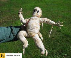 Mumie Puppe pummelig Halloween beweglich posierbar Bandagen Ägypten Pyramide hangemacht Unikat von Jerseydays Figur Grusel Spuk untot lustig