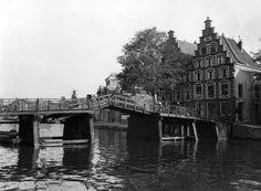 Haarlem, Het Spaarne met de Gravestenenbrug, en rechts het korte Spaarne, jaren 30.