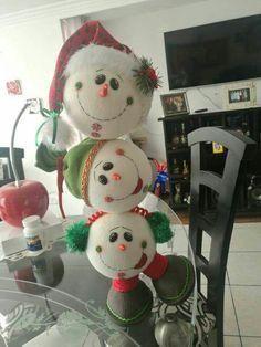 Aranžérka ukázala triky s obyčajnou polystyrénovou guľou, za Snowman Christmas Decorations, Christmas Crafts For Gifts, Snowman Crafts, Christmas Centerpieces, Christmas Candy, Christmas Snowman, Christmas Projects, Christmas Holidays, Christmas Ornaments