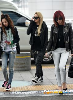 #2NE1 #Kpop Airport Fashion #BlackJack #Minzy #CL #Dara Personally love Minzy style more. Minzy had grown up !!!! She is so lovely~