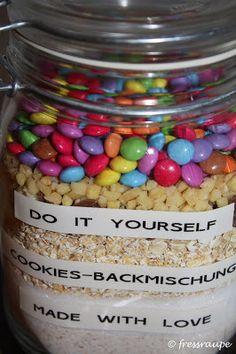Smarties Cookies im Glas - DIY - http://www.rezeptefinden.de/r/smarties-cookies-im-glas---diy-24159612.html