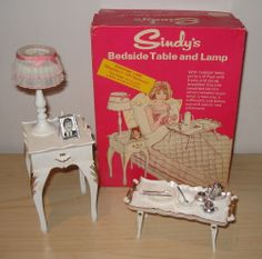 VINTAGE PEDIGREE SINDY DOLL ~ BEDSIDE TABLE & LAMP ~ WORKING ~ BOXED