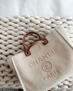 Luxury Purses, Luxury Bags, Replica Handbags, Purses And Handbags, Pearl Shop, Boho Vintage, Accesorios Casual, Cute Bags, Mode Outfits