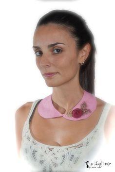 Cuello bebe en damasco rosa con rosa y hojas