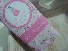 Em uma festa do pijama, para as meninas, podem ser oferecidos kits de manicure com embalagem personalizada, como essa feita pela Tudo Belo Papelaria Personalizada (tel.: 11 2669-6862). O kit contém esmalte, lixa e adesivos de unha