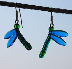 Modré vážky Náušnice vážky vyrobené z korálků navlečených na kovovém nýtku. Velikost vážky je 2,5 cm.