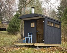 "A mobile sauna in Finland built/designed by the London-based architects Denizen Works I felt this little cabin on skids (making it "". Small Tiny House, Tiny House Cabin, Hot House, Little Cabin, Little Houses, Cabana, Mobile Sauna, Sauna House, Sauna Design"