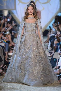 Find tips and tricks, amazing ideas for Elie saab. Discover and try out new things about Elie saab site Style Couture, Couture Fashion, Fashion Show, Gothic Fashion, Fashion Design, Marchesa, Couture Dresses, Fashion Dresses, Collection Couture