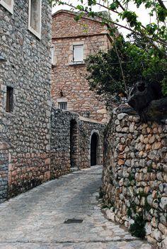 Αρεόπολη : Η μαγεία της καθημερινότητας στη Μάνη σε πέντε στιγμιότυπα του Φ.Καζάζη. | ManiVoice Greece