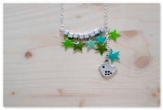 Une parure bijou personnalisée avec des étoiles vertes émaillées et des jolis oiseaux argentés