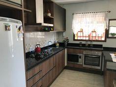 Cozinha em MDF madeirado com portas de alumínios e perfil puxador bronze.