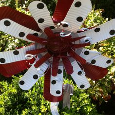 2 coffee cans+one small can=one BIG Alabama tin flower. Tin Can Art, Soda Can Art, Tin Art, Aluminum Can Crafts, Metal Crafts, Recycled Crafts, Coffee Can Crafts, Soda Can Crafts, Soda Can Flowers