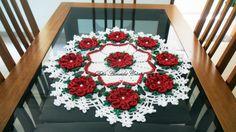 Caminho de mesa em crochê com flores em vermelho brilho dourado, folhas verde natal brilho dourado e fundo em Branco. <br> <br>Pode ser feito em outras cores e tamanhos, de acordo com sua necessidade.