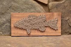 inserzione di Etsy su https://www.etsy.com/it/listing/194836200/bass-fish-string-art-cabin-decor-lake