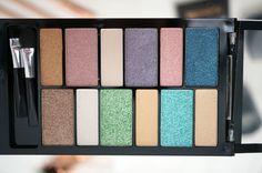 """NEW Makeup Revolution Awesome Eyeshadow Palettes Ps: J'ai moi-même acheté cette palette """"beach and surf"""" et les couleurs sont magnifiques"""