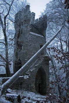 The dullness of the bluish snow environment expresses quite a haunting feel to this abandoned gothic style castle.