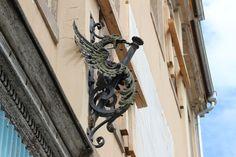 Interessanter Fahnenhalter? Drachenfigur