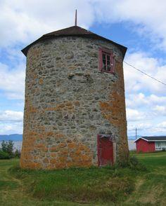 Le moulin à vent de Vincelotte est un moulin à farine construit en 1690 et 1691. Le moulin cesse d'être utilisé au milieu du XIXe siècle, alors qu'un moulin à eau est érigé dans la seigneurie. Après plusieurs années d'inoccupation, le moulin est restauré par la Commission des monuments historiques en 1924. Il est restauré à nouveau en 1980. Il est situé dans la municipalité de Cap-Saint-Ignace.  Photo : Jean-François Rodrigue 2008 © Ministère de la Culture et des Communications