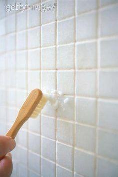 Fika a Dika de como Limpar pia, bidê e vaso sanitário? Faça uma pasta concentrada de limão e bicarbonato de sódio, depois, com uma escova apropriada, esfregue a louça do banheiro para remover o limo acumulado.