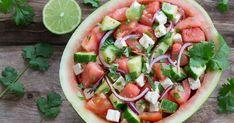 Raikas vesimeloni-apetinajuustosalaatti sopii niin buffettipöytään kuin grilliruokien lisukkeeksi. Kun valmistat salaatin vesimelonin sisään, luot samalla näyttävän säväyksen kesäjuhlien kattaukseen!