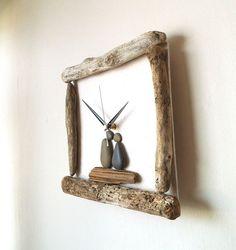 Jai fait cette horloge murale unique avec bois flotté et galets que jai recueilli sur la baie de Morecambe, North West England.  Jai decoupaged certains Ivoire couleur papier mûrier à un base carrée de contre-plaqué de 4mm (un peu plus 1/8 ) et puis jai obtenu les morceaux de bois flotté et galets à elle avec les vis (à larrière, donc invisible) et fort colle.  Lhorloge mesure 27cm de largeur x 28 cm de hauteur (10 1/2  x 11). Cest une horloge à quartz avec un mouvement silencieux, les…