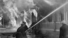 Palokuntalaisia sammuttamassa palavia rakennuksia Lappeenrannassa. SA-kuva.
