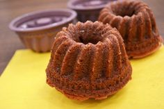Saftiger Mini-Schoko-Gugelhupf A juicy mini chocolate cake is baked with this recipe. Hearty and biting at the same time they look, the cupcakes. Mini Desserts, Christmas Desserts, Easy Desserts, Chocolate Rings, Mini Chocolate Cake, Dessert Simple, Easy Cake Recipes, Baking Recipes, Ring Cake