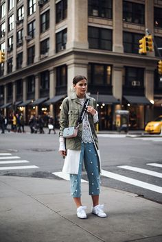 Outfit  New York Fashion Week Streetstyle. White lace blouse+pearl ankle  jeans+ 5dfa069ae9