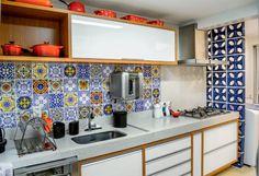 Cozinha mistura cobogós, TrenStone e azulejos estampados. Fotos de MINHA CASA.