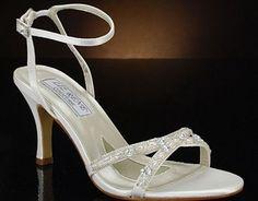 ViitoareMireasa.ro si Ivory te invita la concurs! Participa la concursul nostru si poti castiga o pereche de sandale de mireasa Liz Rene-760 Madelyn, in valoare de 580 lei. Draga